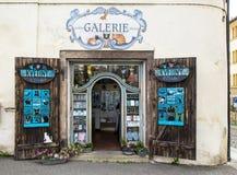 Den lilla turisten shoppar arkivbilder