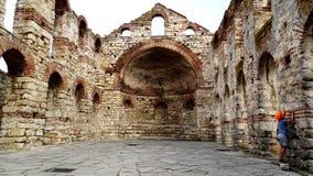Den lilla turisten som undersöker, fördärvar av Nesebar, Bulgarien Arkivfoton