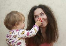 Den lilla ungen drog den galna mamman Arkivfoto
