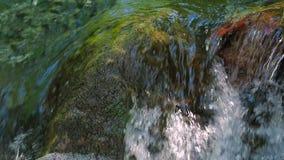 Den lilla vattenfallet med vaggar i vattnet lager videofilmer