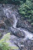 Den lilla vattenfallet och stenen med vatten vinkar i djungeln av den Bali ön, Indonesien royaltyfri foto