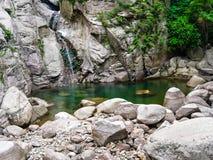 Den lilla vattenfallet på härligt vaggar Arkivbilder