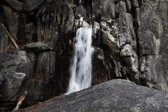Den lilla vattenfallet Yosemite parkerar Kalifornien granit vaggar arkivfoto