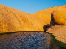 Den lilla vattenhandfatet i Spitzkoppe vaggar bildande, den Namib öknen, Namibia, Afrika Arkivbilder