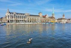 Den Limmat floden i staden av Zurich, Schweiz Royaltyfri Fotografi
