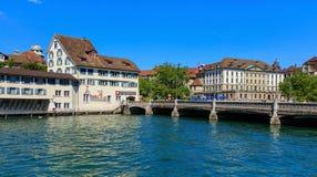 Den Limmat floden i staden av Zurich, Schweiz Arkivfoto