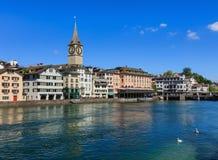 Den Limmat floden och byggnaderna längs den i Zurich, Schweiz Arkivbild