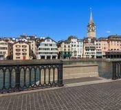 Den Limmat floden och byggnaderna längs den i Zurich, Schweiz Royaltyfri Fotografi