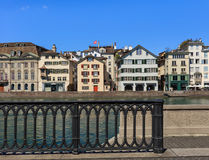 Den Limmat floden och byggnaderna längs den i Zurich, Schweiz Arkivfoto