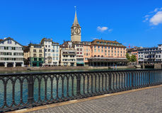 Den Limmat floden och byggnaderna längs den i Zurich, Schweiz Fotografering för Bildbyråer