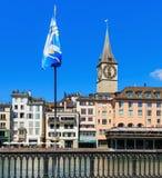 Den Limmat floden och byggnaderna längs den i Zurich, Schweiz Royaltyfria Bilder