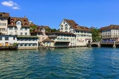 Den Limmat floden och historiska byggnaderna längs den i staden av Royaltyfri Bild