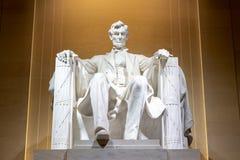 Den Lincoln minnesm?rken p? natten royaltyfri fotografi
