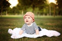 Den lite gulliga pojken i röd hatt i sommar parkerar Arkivbilder