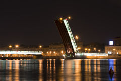 Den Liteyny bron på natten i St Petersburg Arkivbilder