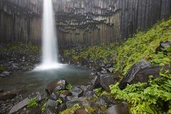 Den Litlanesfoss vattenfallet och basaltiskt vaggar i Island Royaltyfria Foton