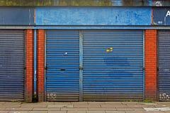 Den LIVERPOOL UK 3RD APRIL 2016 A gatan av herrelösa godset shoppar att säljas av rådet för £1 varje Arkivfoton