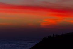 Den livliga solnedgången färgar nära hav Royaltyfri Bild