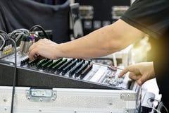 Den ljudsignal kontrollanten, arbete av experterna använder en kontrollant fotografering för bildbyråer