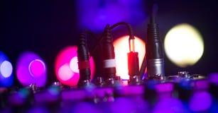 Den ljudsignal stålarDj-blandaren dj blandar musik på konsolen handen för dj s Royaltyfri Bild