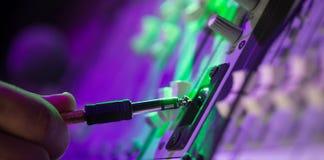 Den ljudsignal stålarDj-blandaren dj blandar musik på konsolen handen för dj s Royaltyfri Foto