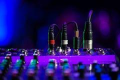 Den ljudsignal stålarDj-blandaren dj blandar musik på konsolen handen för dj s Fotografering för Bildbyråer