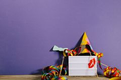 Den ljusa asken i parti dekorerade bakgrunden med ljusa färger Royaltyfri Foto