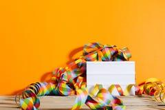 Den ljusa asken i parti dekorerade bakgrunden med ljusa färger Royaltyfri Fotografi