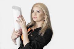 Den ljusa blondinen kom med projektet på ett teckningspapper Fotografering för Bildbyråer