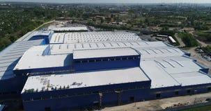 Den ljusa byggnaden är en modern fabrik från luften, enblått byggnad av en stor fabrik, moderna fabriker från arkivfilmer