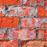 Den ljusa closeupen för makroen för textur för väggen för röd tegelsten, knäckt gammal detaljerad grov grunge texturerade tegelst Arkivbilder