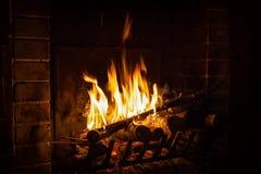 Den ljusa flamman av brand bränner i en spis fotografering för bildbyråer