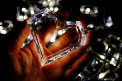 Den ljusa hjärtaformen lägger på handen royaltyfri foto