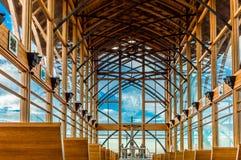 Den ljusa insidasikten av ett exponeringsglas walled kyrkan Arkivfoton