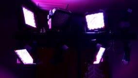 Den ljusa installationen exponerar med färgrika ljus arkivfilmer