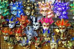 Den ljusa karnevalet maskerar Venedig Arkivfoto