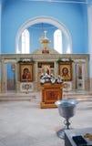 Den ljusa kyrkliga korridoren med ett altare Kazanskaya kyrka i bosättningen av Glebovo av det Istra området Royaltyfri Bild