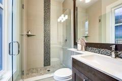 Den ljusa nya badruminre med exponeringsglas går i dusch arkivbilder