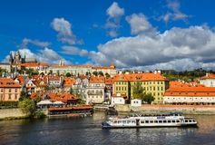 Den ljusa och härliga höstsikten på den Vltava floden och turister sänder, helgonet Vitus Cathedral Fotografering för Bildbyråer