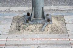 Den ljusa polen för fot på trottoaren med bultar Royaltyfri Bild