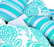 den ljusa samlingen cushions turkos royaltyfri fotografi