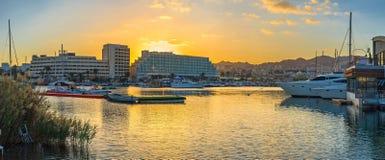 Den ljusa solnedgången royaltyfri foto