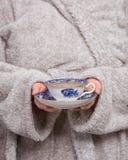 Den ljusa teaen kuper med en hoad drink Royaltyfri Bild