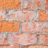 Den ljusröda closeupen för makroen för textur för tegelstenväggen, knäckt gammal detaljerad grov grunge texturerade tegelstenar k Fotografering för Bildbyråer
