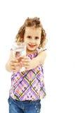 Den lockiga liten flicka med exponeringsglas av bevattnar Arkivbild