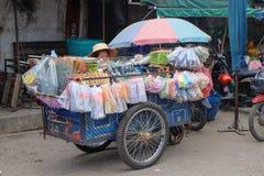 Den lokala anordningvåningen shoppar i den lokala marknaden av Thailand Arkivbild