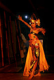 Den lokala Balinesedansaren utför på etapp Royaltyfri Bild