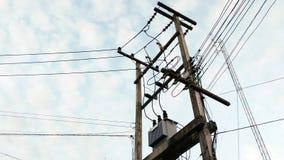 Den lokala elektriska polen med har transformatorer en Arkivfoto
