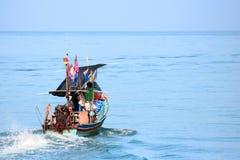 Den lokala fiskebåten körde ut Arkivfoto