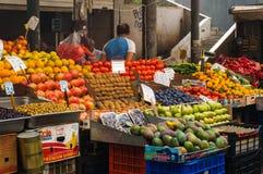 Den lokala frukt och grönsaken marknadsför i Aten Grekland arkivfoto